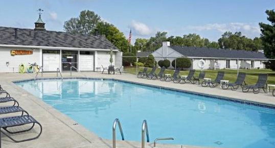 Lake Forest Apartments Swimming Pool